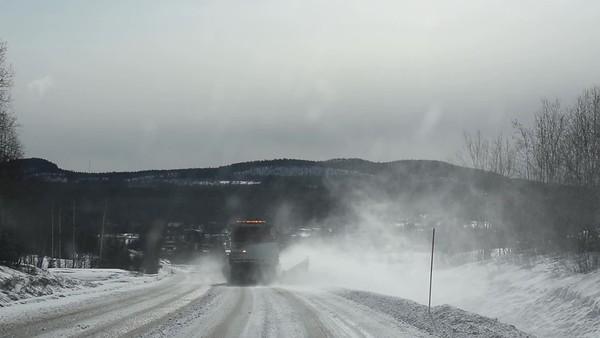 Köra bil efter snöplogen - Driving behind a snow plowing truck on a country lane on a suny winter day