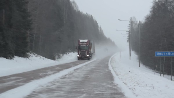 Köra bil på vintern - Pov: driving on a country road on a snowy day whith oncoming traffic