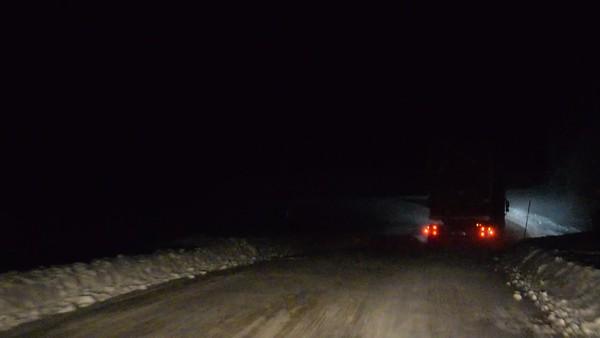 Köra efter virkesbil i natt på vintern - Driving behind a logging truck on a narrow snowy country lane on a winter night