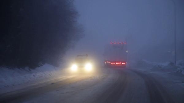 Köra bil en dimmig vinter eftermiddag på halkig väg -  Driving behind a truck on a foggy winter evening on snow and ice