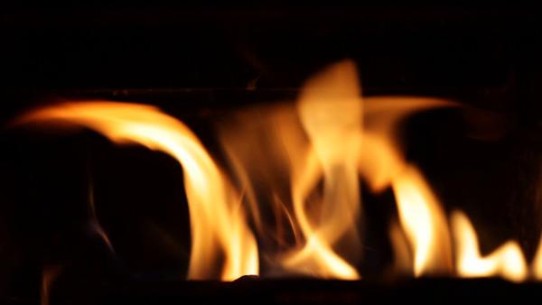 Brasa i kaminen -  Fire burning in an iron fireplace