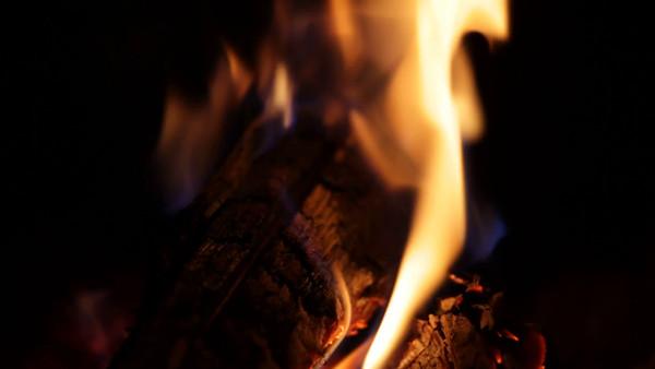 Brasa i kaminen -  Logs burning in a fireplace