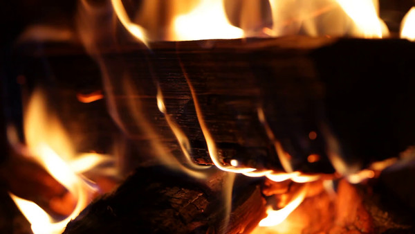 Brasa i kaminen -  Thick logs burning in a fireplace