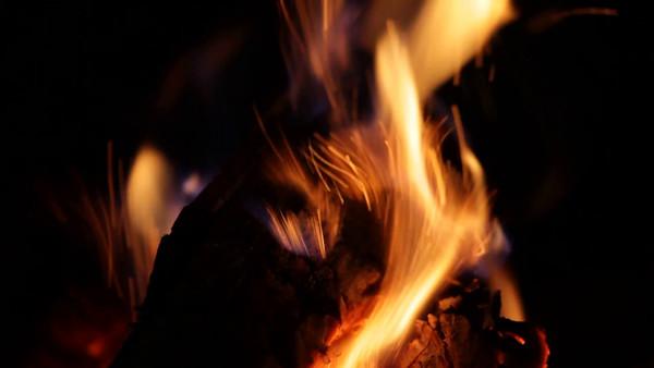 Brasa i kaminen -  fire burning in a fireplace