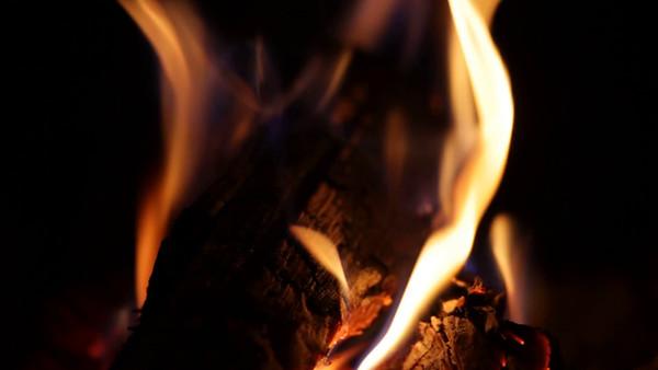 Brasa i kaminen -  Logs burning in an open fireplace