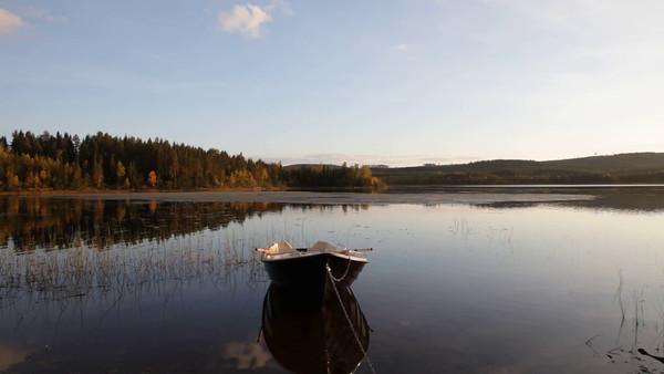 Myckelgensjösjön på hösten -  Rowing boat at a lake