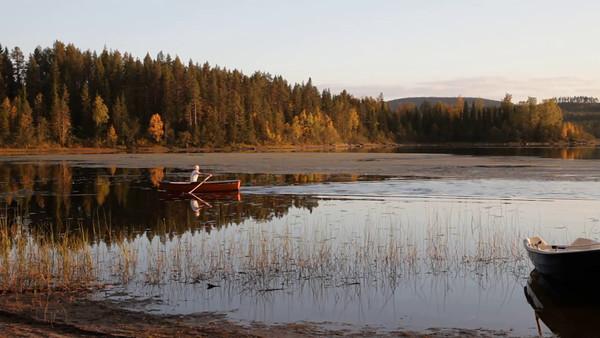 Myckelgensjösjön på hösten -  Man rowing a boat