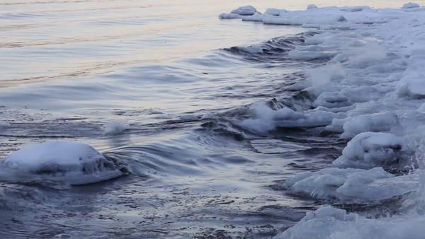 Sannasundet vid Hemsön på vintern -  Ice growing on the banks of a river
