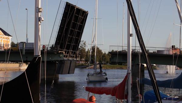 Härnösands gästhamn på sommaren -  Lifting bridge and sailing boat