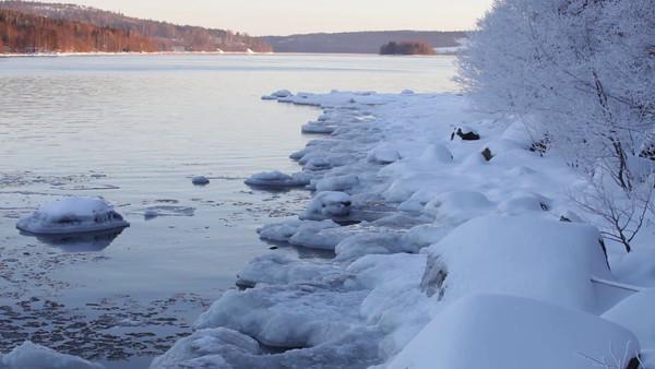 Sannasundet vid Hemsön på vintern -  Ice growing on the banks of a river on a cold winter day