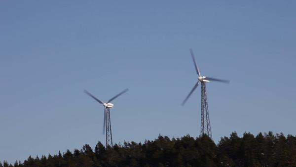 Vindkraftverk på Hemsön - Two small wind turbines turning on a hill