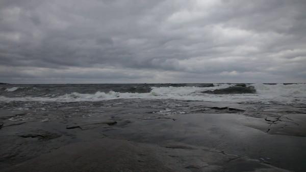 Höststorm i Rotsidan -  An autumn storm drives waves against the coast