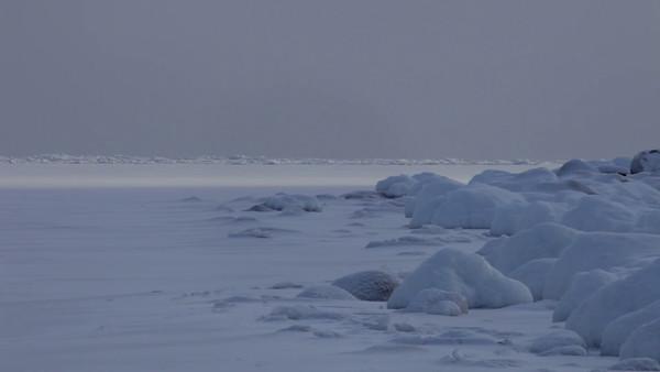 Snöig strand i Smitingen - Ice formations on a frozen ocean bay in winter