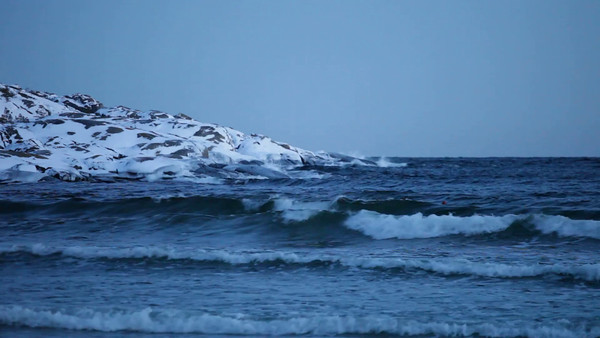 Isflak på havet -  Ocean waves rolling in on a beach in winter