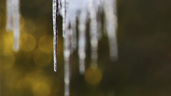 Istappar glitrrar i vintersolen - Icicles are glowing in the winter sun
