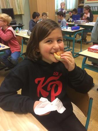 Hotdogs smullen in de klas... Mmmm !