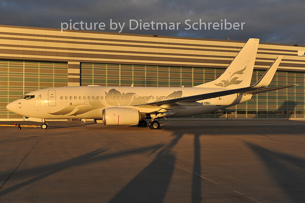 2011-12-08 M-YBBJ Boeing 737-700