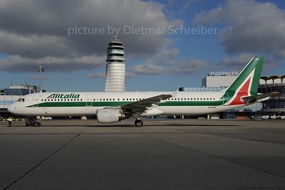 2013-12-02 EI-IXH Airbus A321 Alitalia