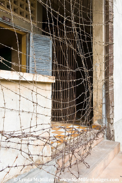 Braids of barbed wire surrounded all the floors to prevent desperate detainees from committing suicide before they could be tortured.