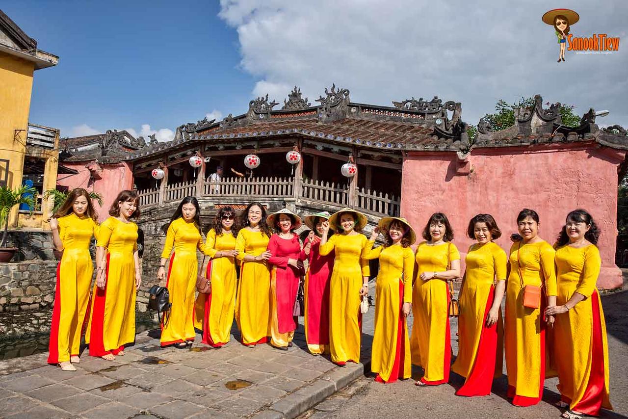 ข้อมูล เที่ยวเวียดนาม เวียดนาม Vietnam Guide แก๊งค์สาวๆ เวียดนาม กับ ชุดประจำชาติเวียดนาม ที่ สะพานญี่ปุ่น เมืองฮอยอัน