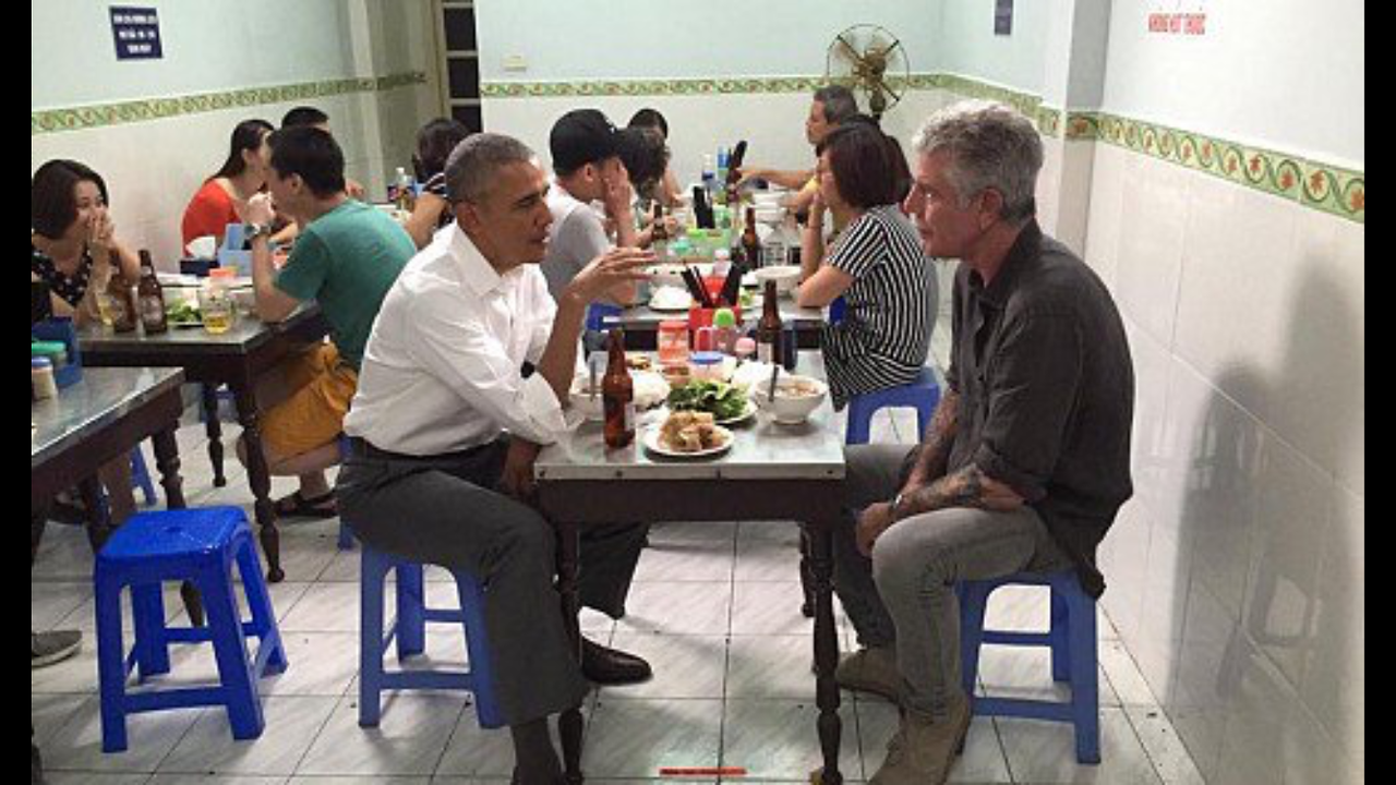 US President Obama eats Bun Cha 2