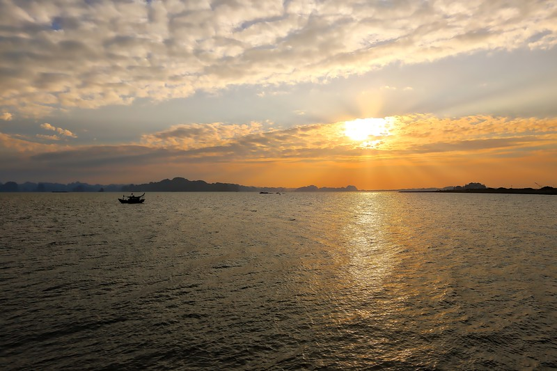 Sun set over Halong 004