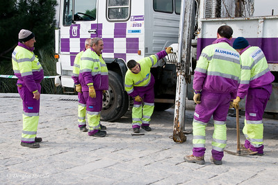 Tue 3/08 in Madrid: Your tax euros at work. Or, how many Spaniards does it take to.....