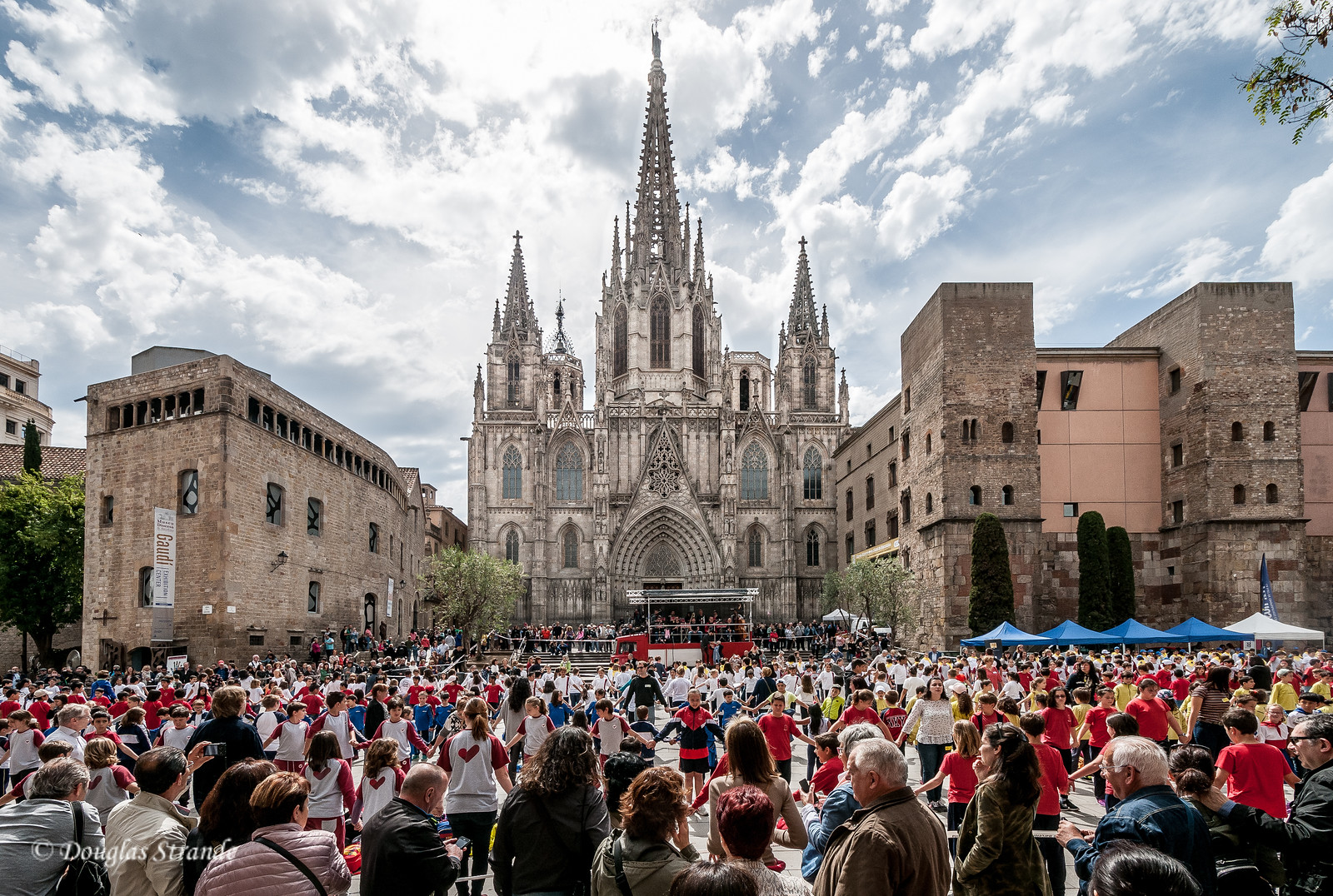 Barcelona: Childen's activity at the Cathedral plaza