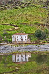 04132018_Douro_River_Cruising_Bldg_Reflection_750_6281