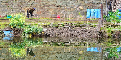 04142018_Pinhao-Portugal_Gardener-Hoeing_Reflection_750_6443