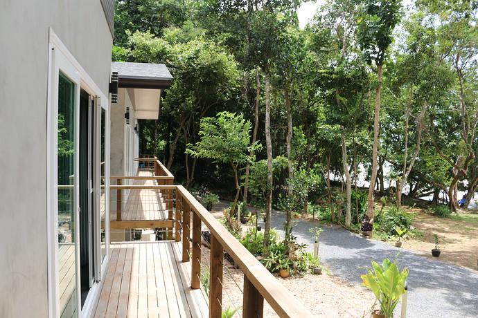 Villa Loris walkway