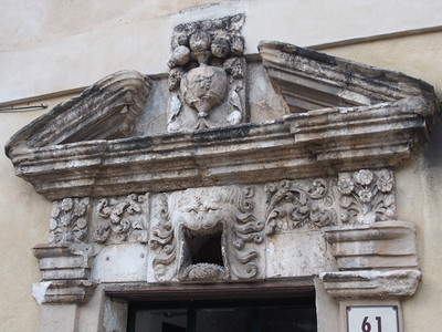 Portail au Mascaron, Apt. The Jewish community was massacred in 1348, blamed for the plague.