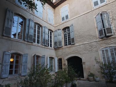 Mansion courtyard, Apt