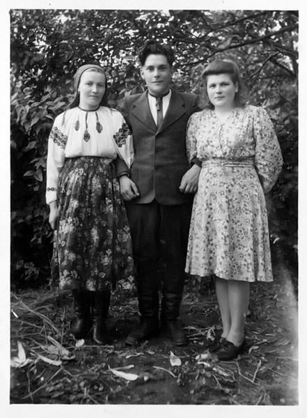 Торське, Стасюки: сестра і брат і, праворуч вчителька, що мешкала у Стасюків на квартирі