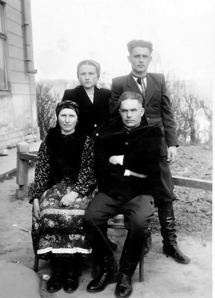 Торське: сидять - М і Михайло Стасюк, стоять Ольга і Василь Стасюки