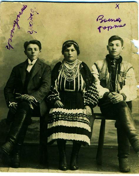 1925. Торське. Роман Стасюк і подружжя Михайлина та Михайло Стасюки