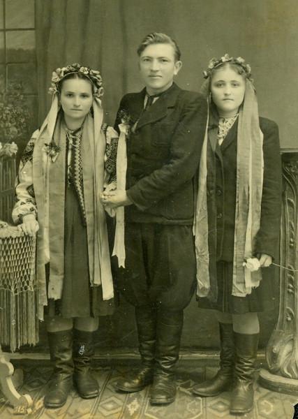 Джус з дружиною та дружкою