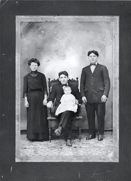 США: Стефан Стасюк з сином Джозефом, дружиною і братом Михайлом Стасюком