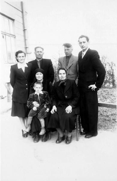 Торське: родина Стасюків і свати.