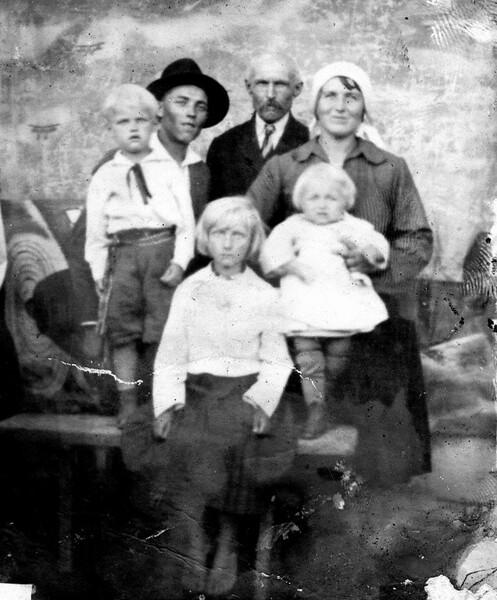 Торське. Родина Стасюків з дідусем Йосипом Калакайлом і сестрою Броніславою.