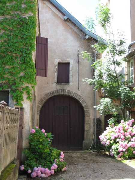 This house in Volnay caught my eye.