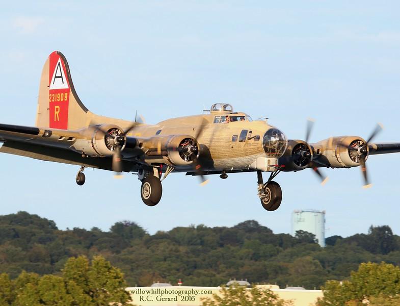 B-17G '909'  inbound runway 23 at 17:50hrs