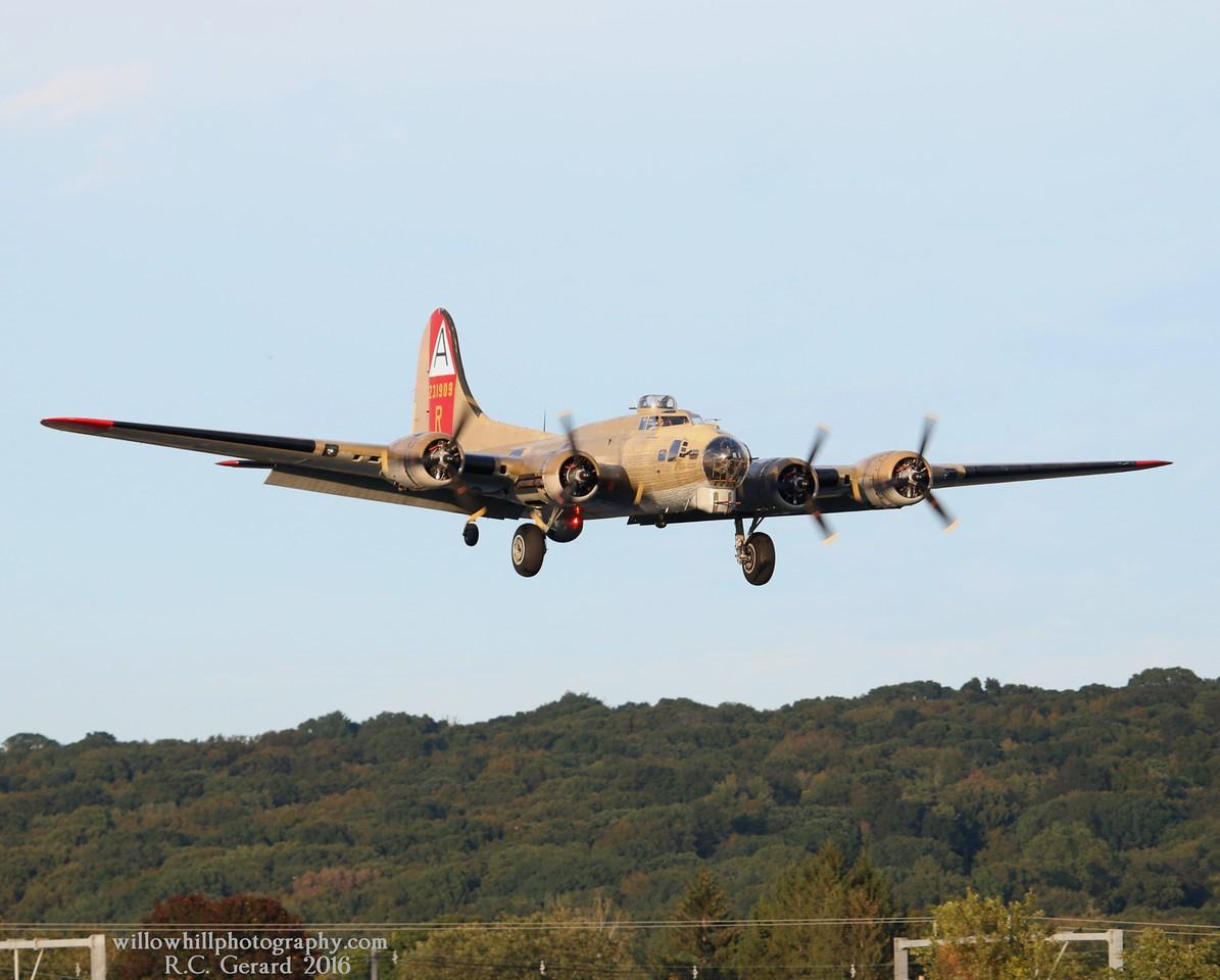 B-17G '909' [NL93012] 44-83575 inbound runway 23 at 17:50hrs