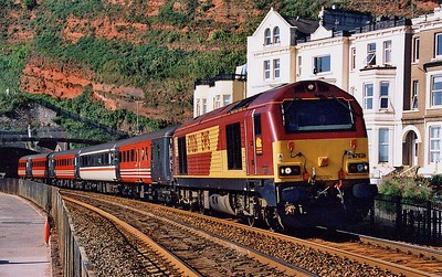 67026 leads 1E99 09:05 Paignton – Newcastle along the sea wall at Dawlish on Saturday 21st August 2004