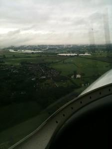 Vliegen over lage bewolking