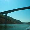Landen vlak voor de brug, eronderdoor taxien en weer gaan
