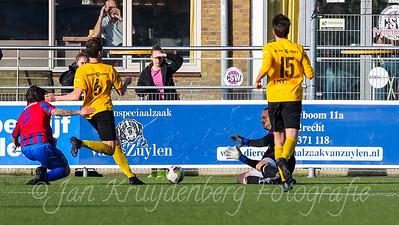 01-02-2020: Voetbal: CSW v DVVA: Wilnis ZATERDAG 2E KLASSE A Keeper Jordy Wens van CSW keert de inzet.