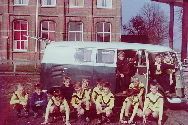 Pupillen 1 seizoen 1967-1968. Het allereerste pupillenteam van OZC dat in het eerste competitieseizoen ook maar meteeen kampioen werd.<br /> In de bus: Arie Schuurman, Aart Schuurman en Bert Jansen<br /> Voor de bus: Henk Hekman, Marinus Woertink, Roland van der Vinne, Jo Volkerink, Gerrit ter Wielen, Reint Warmelink, Jan Paarhuis, Peter van 't Hoff, Hans Stegeman, Henk van Elburg en Jurrien Zandbergen