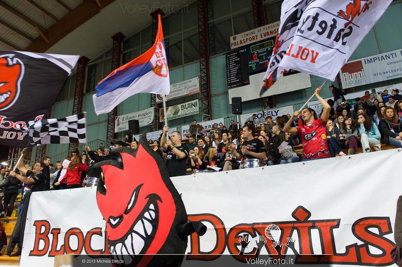 Tifosi con le bandiere della SIR Safety Perugia
