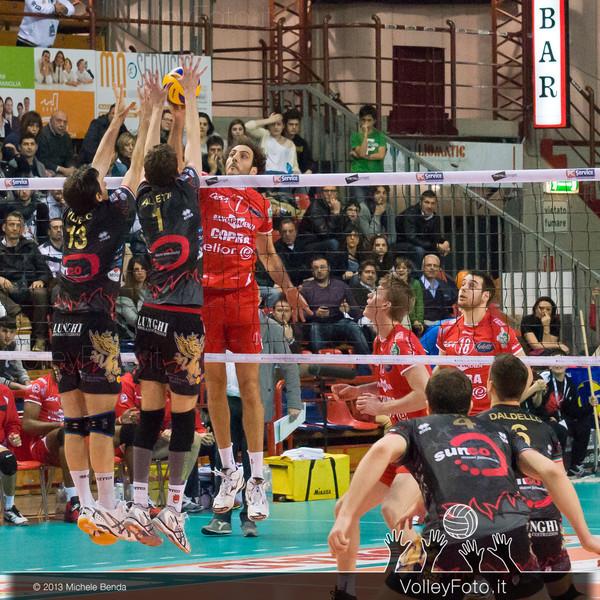 palla contesa tra FEI Alessandro (Piacenza) e Vujevic Goran, Alletti Aimone (Perugia)